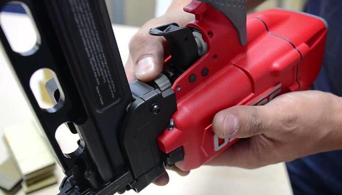 Cómo recargar una pistola de clavos